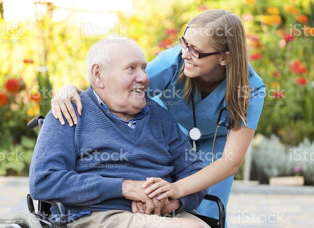 Junge Frau und Älterer Mann im Rollstuhl – Foto
