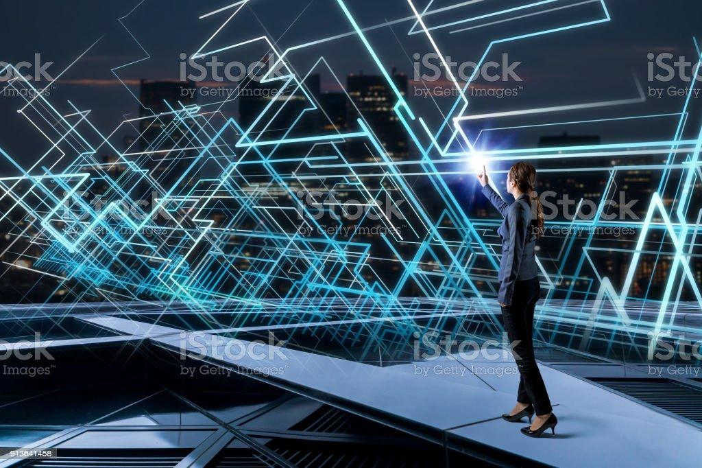 Jeune femme et système concept de réseau. - Photo