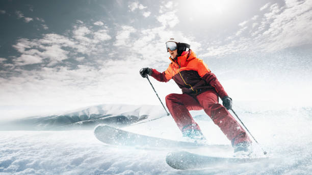 junge frau und winter sport - ist sie gegen weiße alpen skifahren - skirennen stock-fotos und bilder