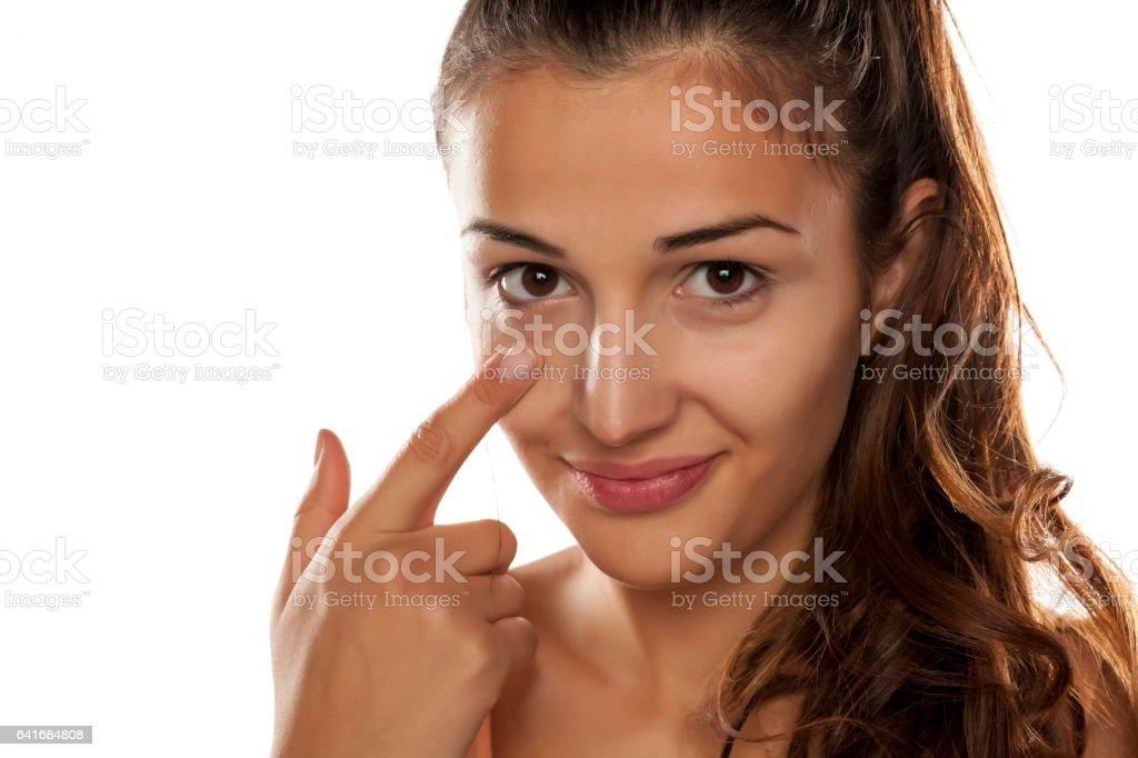 junge Frau auf ihre Augenringe Concealer aufgetragen – Foto