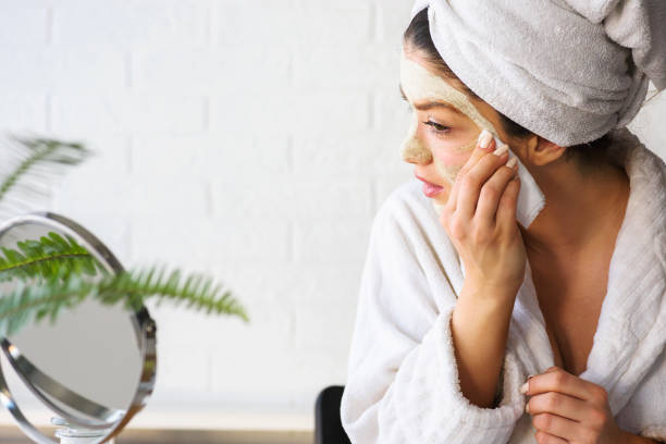 Junge Frau übt Gesichtsmaske zu Hause an – Foto