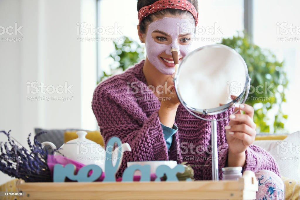 Jonge vrouw die gezichtsmasker toepast. - Royalty-free 25-29 jaar Stockfoto