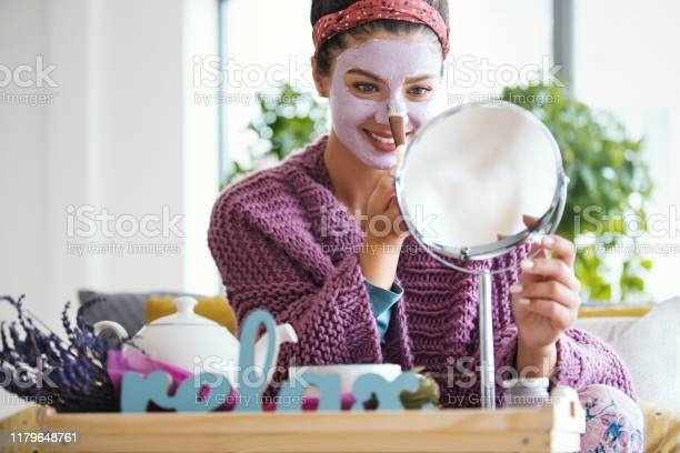 Jonge Vrouw Die Gezichtsmasker Toepast Stockfoto en meer beelden van 25-29 jaar
