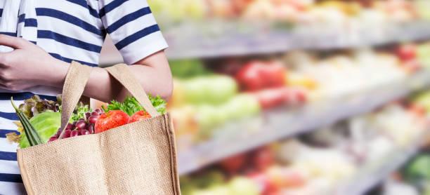 Jovem mulher está comprando no supermercado - foto de acervo