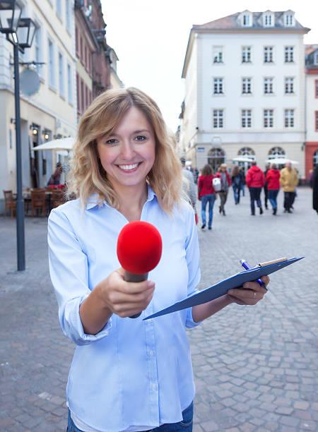 junge frau fragen meinung in der stadt - radio kultur stock-fotos und bilder