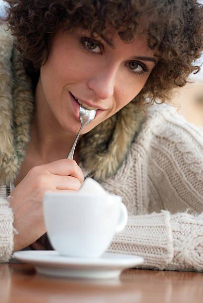 Junge Frau in einem Café – Foto