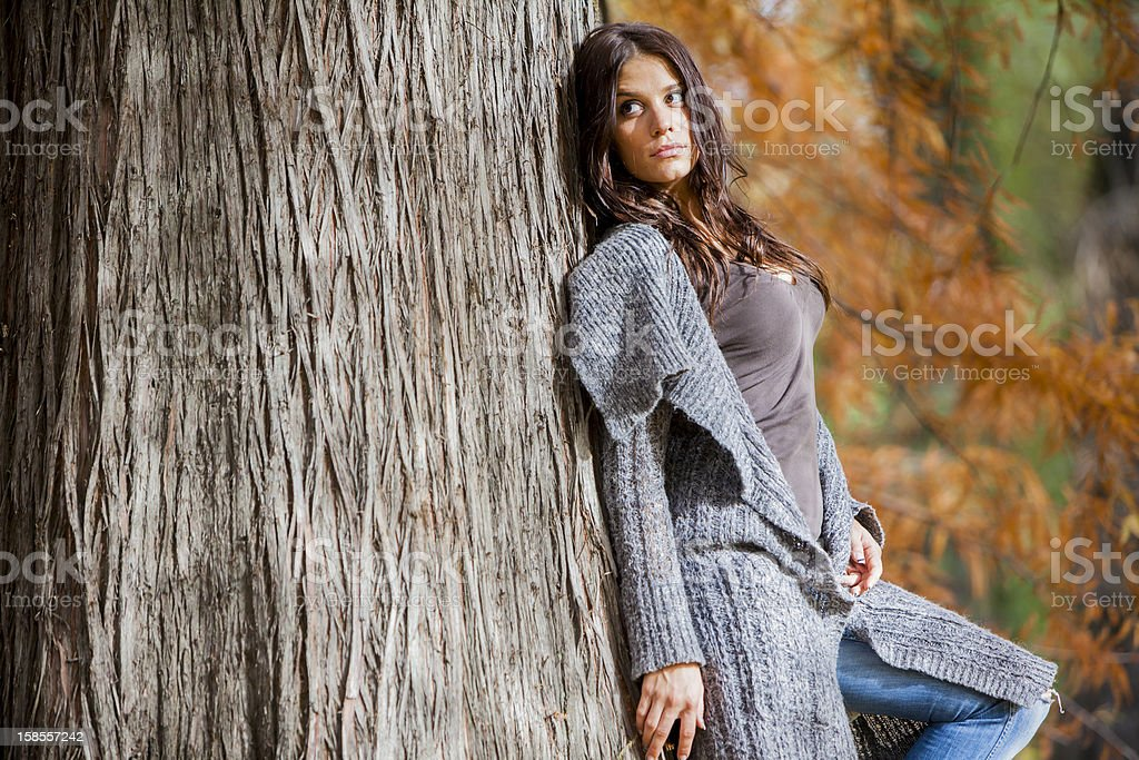 젊은 여자 베스키드 (Beskid) 산의 가을 숲 royalty-free 스톡 사진