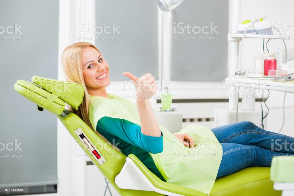 Junge Frau beim Zahnarzt - Lizenzfrei Allgemeinarztpraxis Stock-Foto