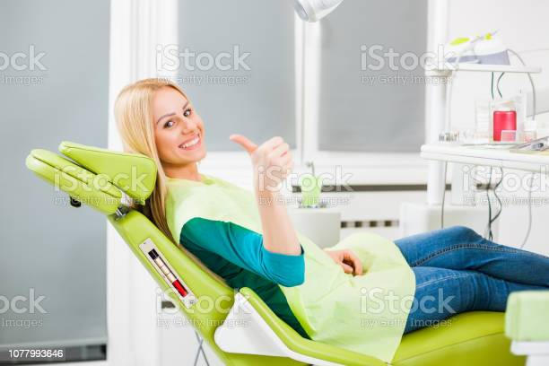 Junge Frau Beim Zahnarzt Stockfoto und mehr Bilder von Daumen hoch