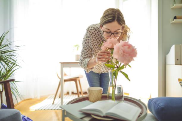 ung kvinna hemma - summer smell bildbanksfoton och bilder