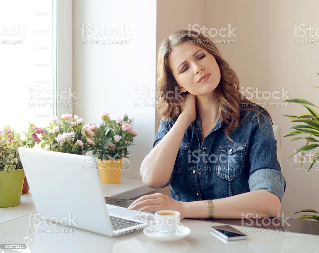 Junge Frau zu Hause – Foto