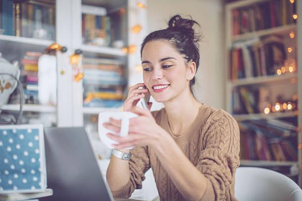 mulher jovem em casa - trabalhador em casa - fotografias e filmes do acervo