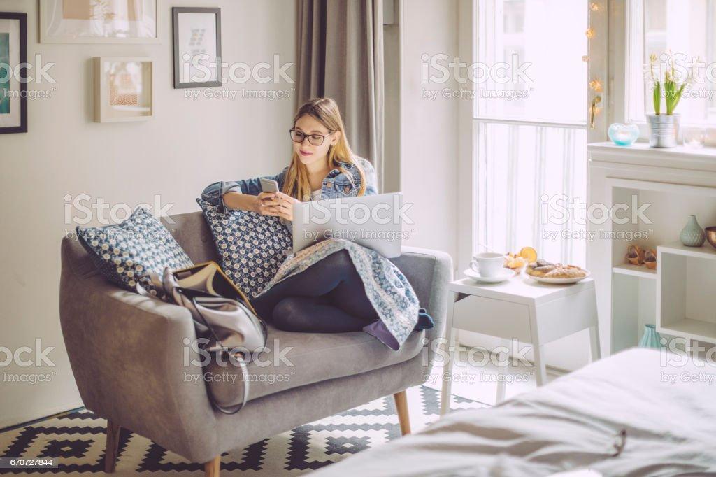 Mulher jovem em casa - foto de acervo