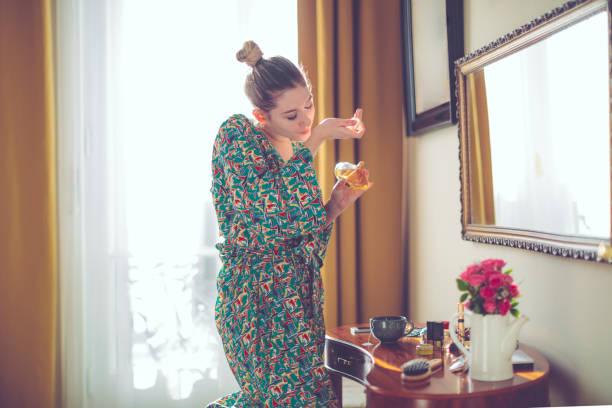 młoda kobieta w domu - perfumowany zdjęcia i obrazy z banku zdjęć