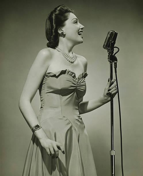 jeune femme dans un microphone, chanter (b & w - chanteuse photos et images de collection