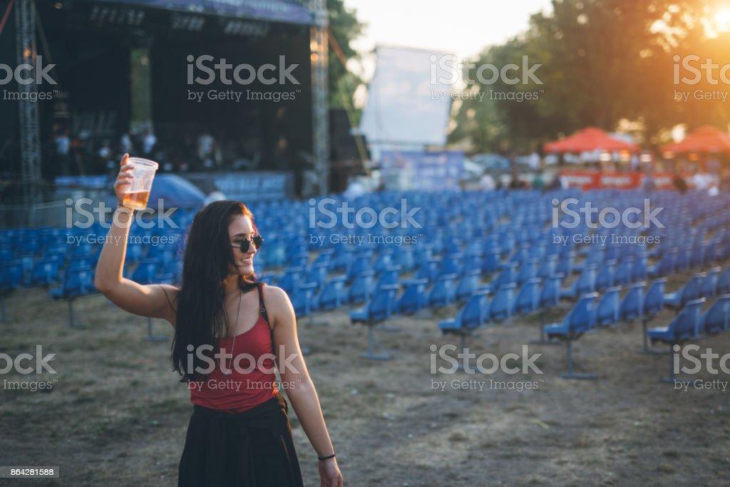 Jeune femme au festival de musique - Photo