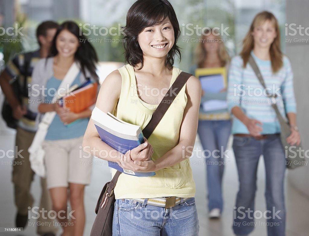 Jovem mulher na escola com livros escolares foto de stock royalty-free
