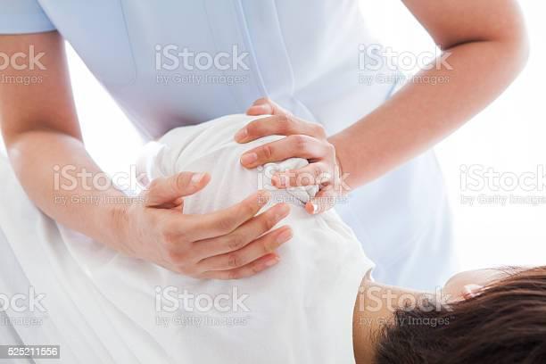 Junge Frau Im Zentrum Von Arm Erhalten Massage Stockfoto und mehr Bilder von Absperrband