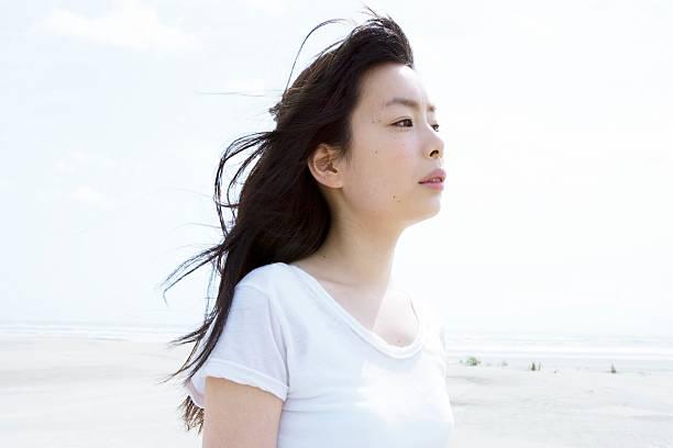 Mujer joven en la costa - foto de stock