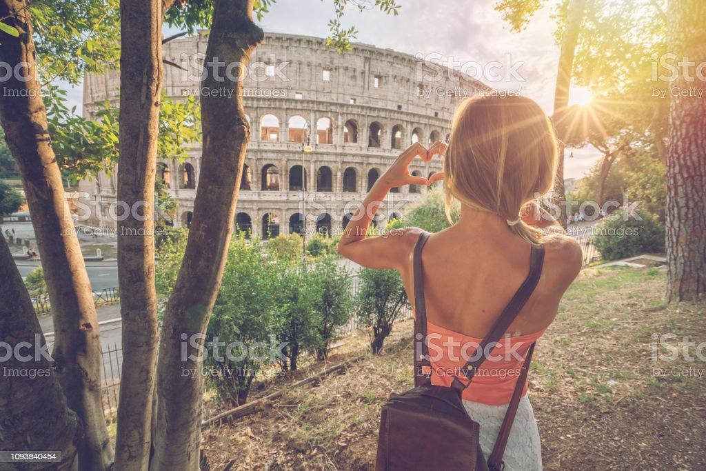 Junge Frau am Kolosseum in Rom macht ein Herz Form Finger Frame mit Händen lieben Reisen in Italien – Foto