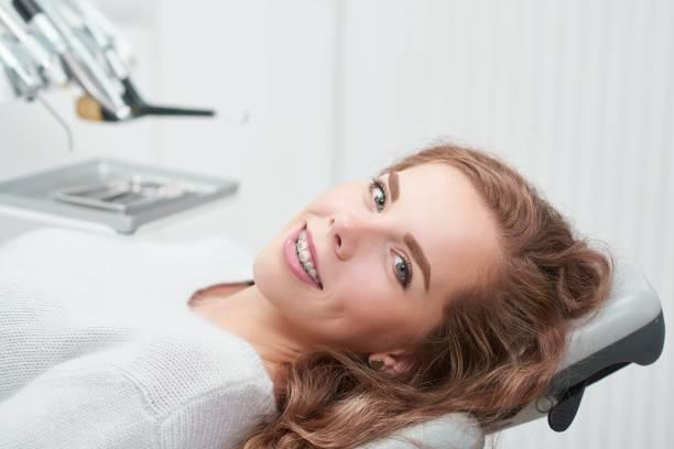 Jovem mulher no consultório do dentista - foto de acervo