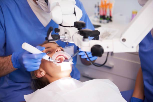 Junge Frau beim Zahnarzt – Foto