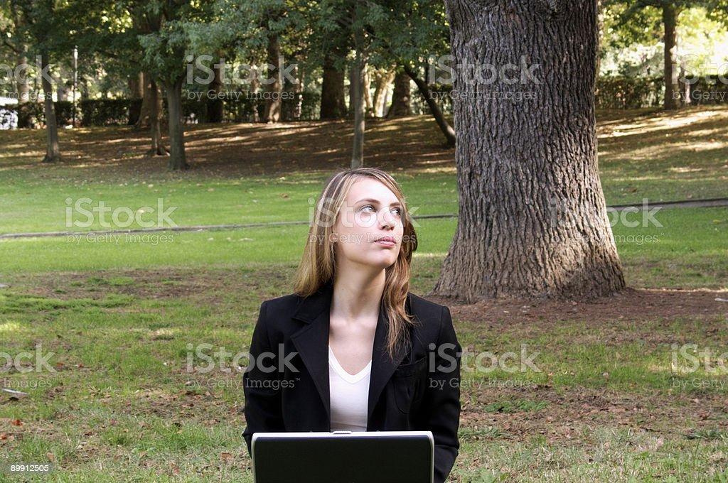 Junge Frau am laptop Lizenzfreies stock-foto