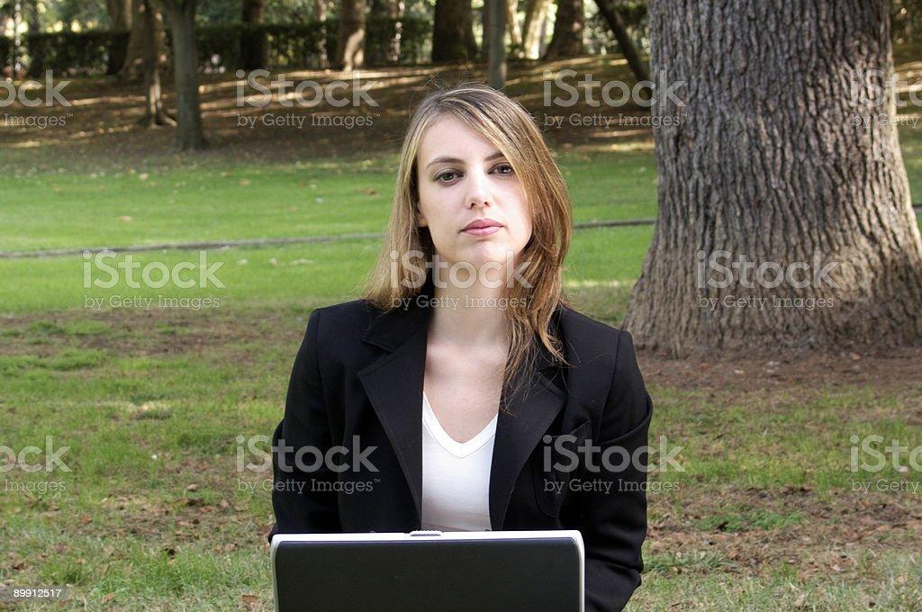 Joven mujer en la computadora portátil foto de stock libre de derechos