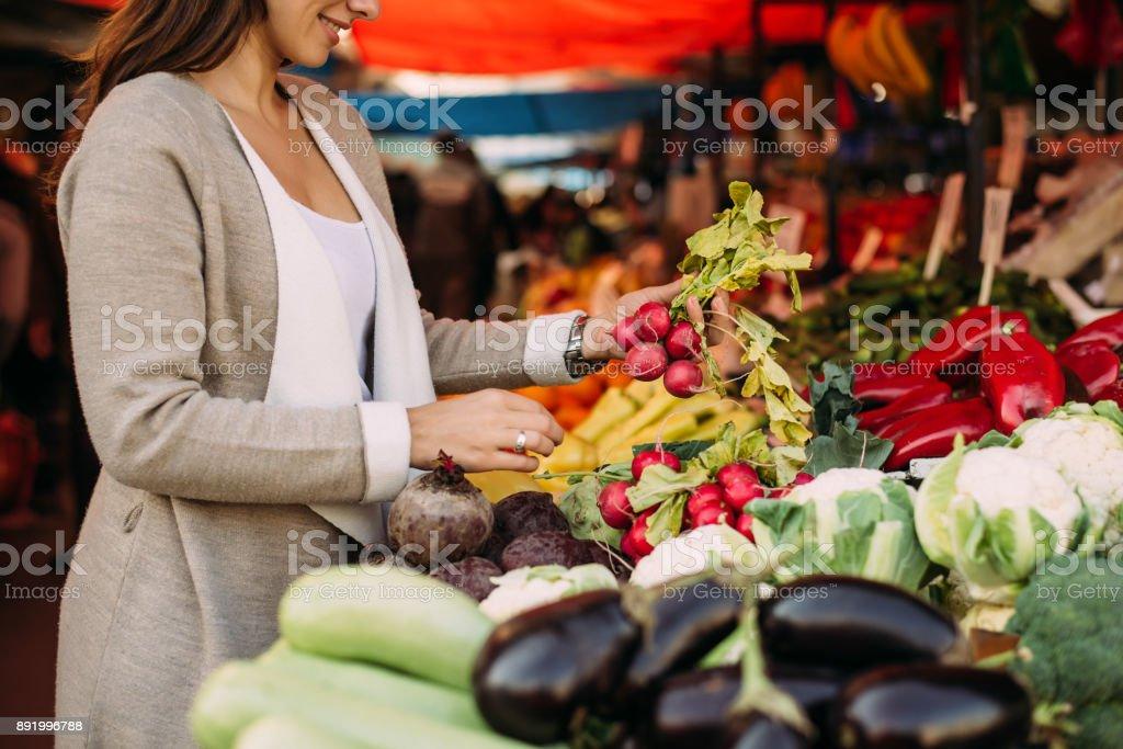 Junge Frau auf dem Markt. – Foto
