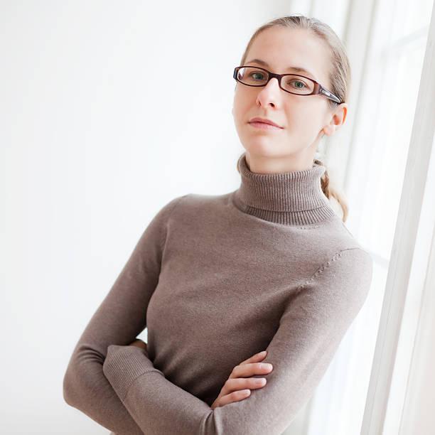 Junge Frau auf Fensterbank – Foto