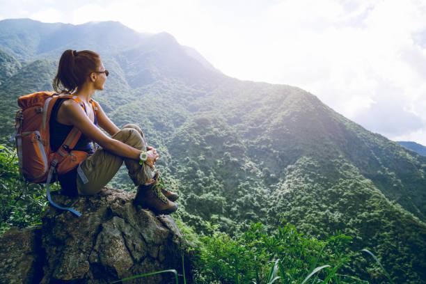 Junge Frau Backpacker genießen den Blick auf den Berggipfel – Foto
