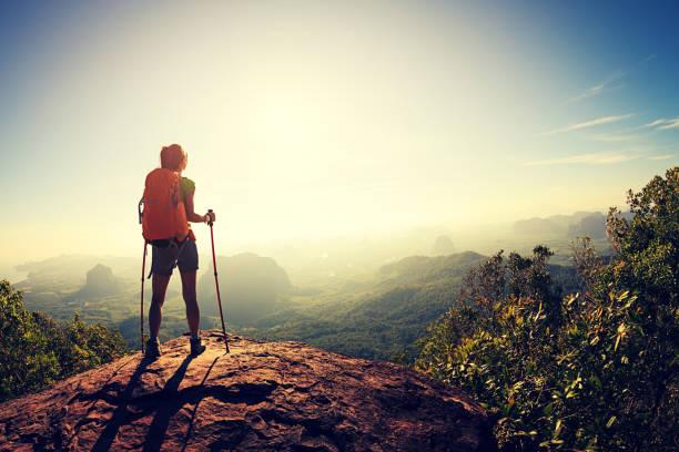 junge frau rucksacktourist wandern in den bergen auf einer klippe am meer - vintage spitze stock-fotos und bilder