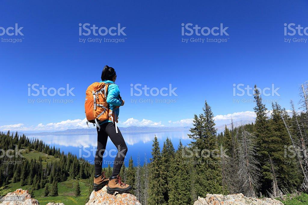 Caminhadas mulher jovem turista no pico da montanha foto royalty-free