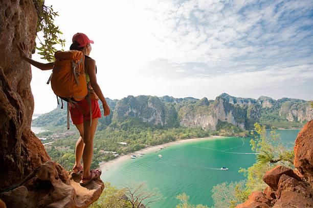 mujer joven mochilero excursionismo en las montañas costeras - mochilero fotografías e imágenes de stock