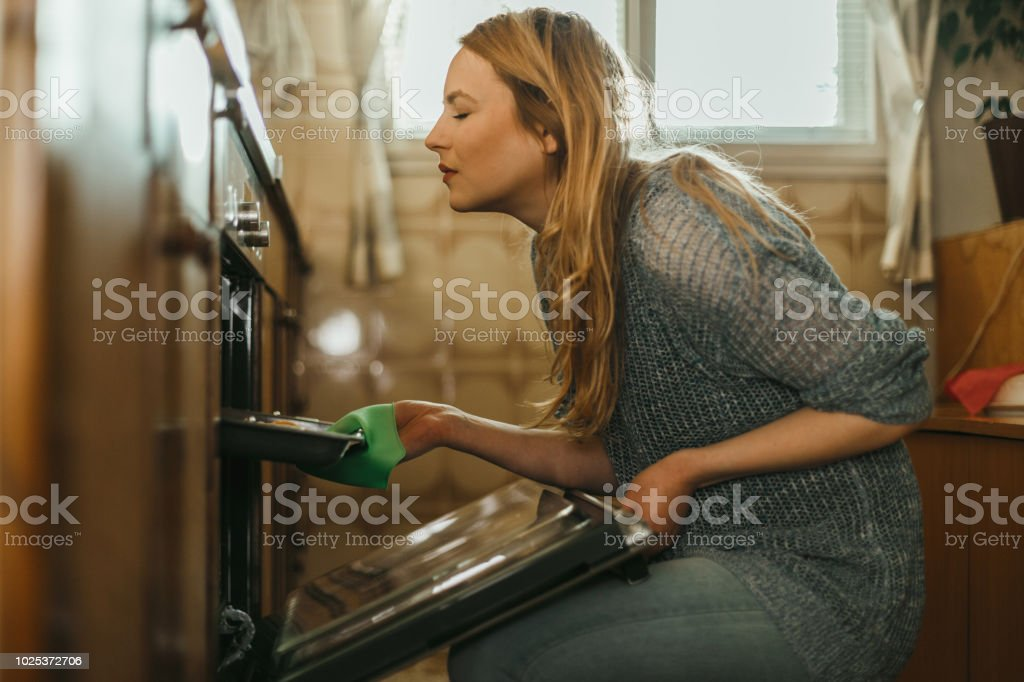젊은 여자 집에서 부엌에서 파이 굽기 - 로열티 프리 20-29세 스톡 사진