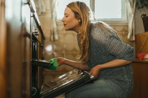 젊은 여자 집에서 부엌에서 파이 굽기 20-29세에 대한 스톡 사진 및 기타 이미지