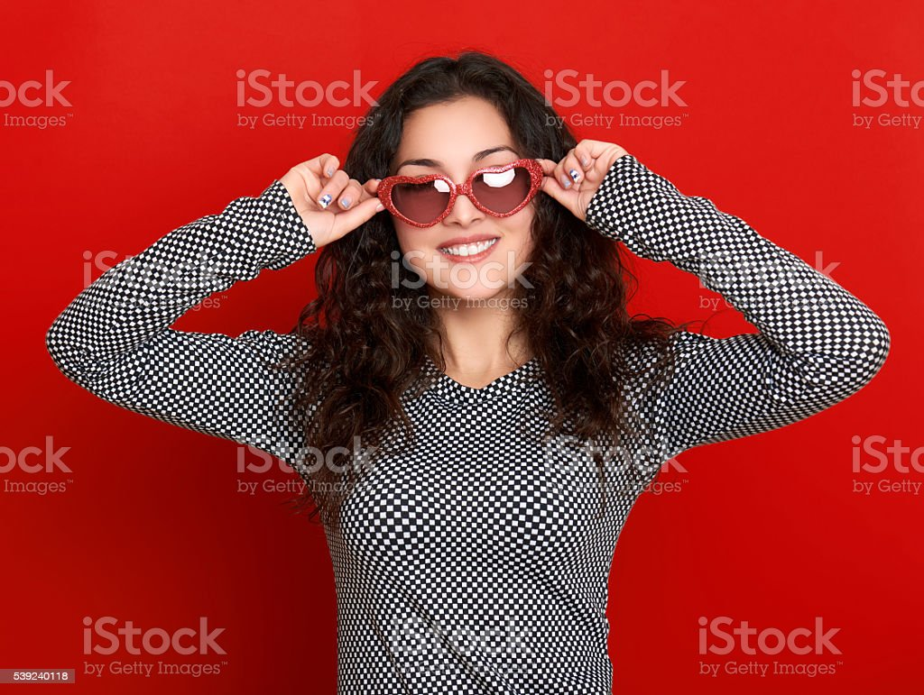 Retrato de mujer joven hermosa, posando sobre fondo rojo foto de stock libre de derechos