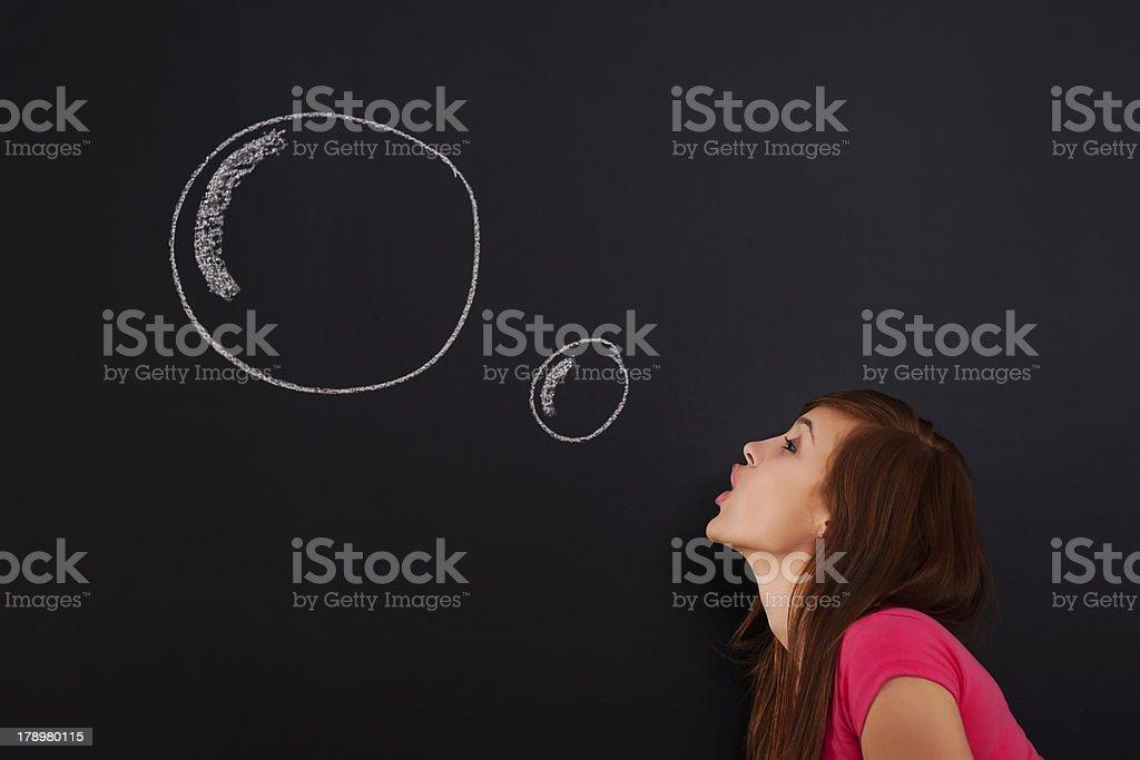 Joven mujer Soplando burbujas - foto de stock