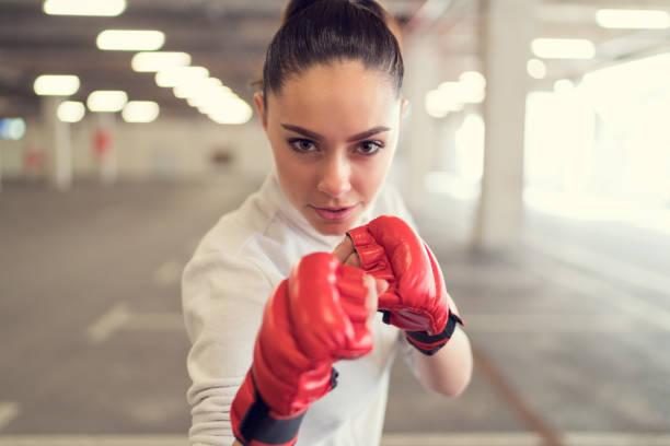 Jeune femme la boxe dans la salle de gym - Photo