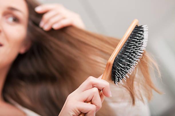 Junge Frau, die Ihr Haar Bürsten – Foto