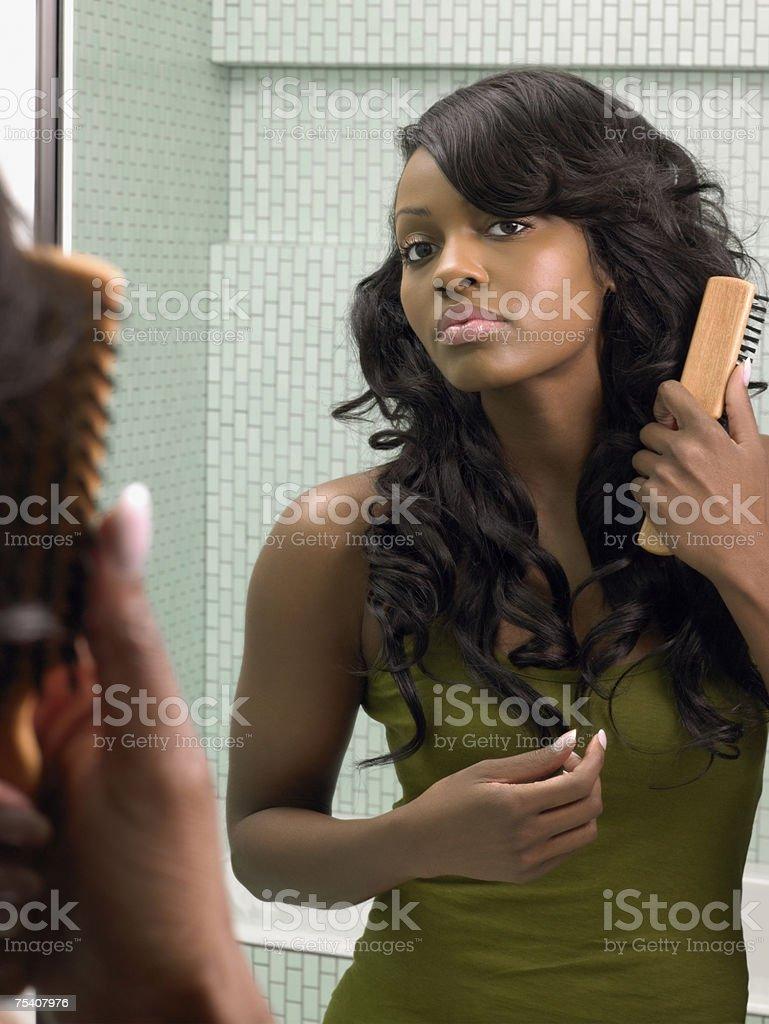 Młoda kobieta szczotkowanie jej włosy zbiór zdjęć royalty-free