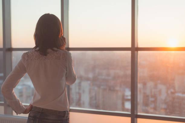 Junge Frau mit Berufung, beschäftigt im Chat auf Handy-Seite Ansicht Porträt. Nahaufnahme Bild eine Geschäftsfrau mobile Haltevorrichtung an ihrem Arbeitsplatz. – Foto