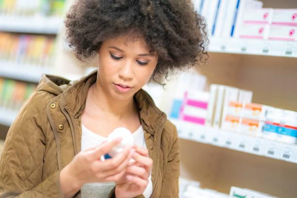 Junge Frau in Apotheke kaufen – Foto