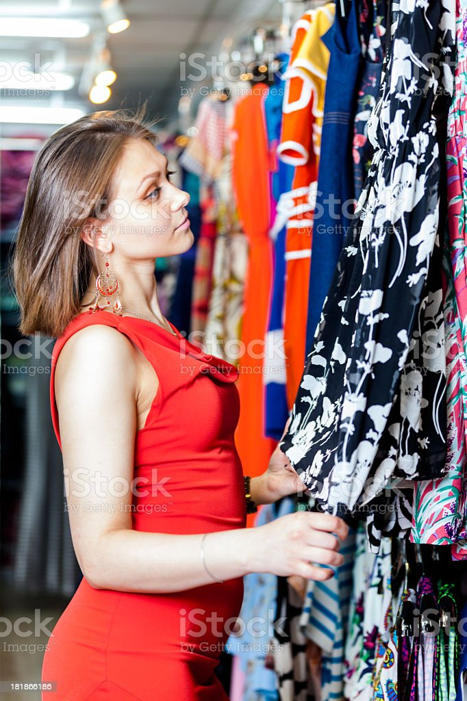 344c302ee2 Joven mujer comprando ropa en una boutique de foto de stock libre de  derechos
