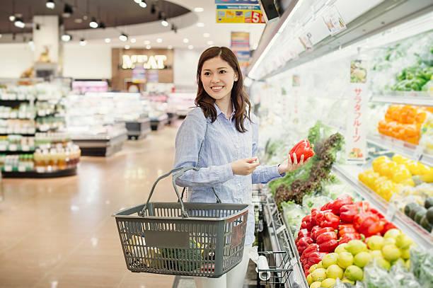 若い女性食料品のスーパーで購入 - スーパーマーケット 日本 ストックフォトと画像