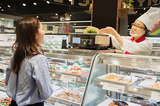 junge frau lebensmittel im supermarkt kaufen - beikost stock-fotos und bilder