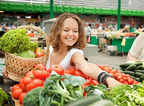 Junge Frau kaufen Gemüse im Supermarkt Markt – Foto