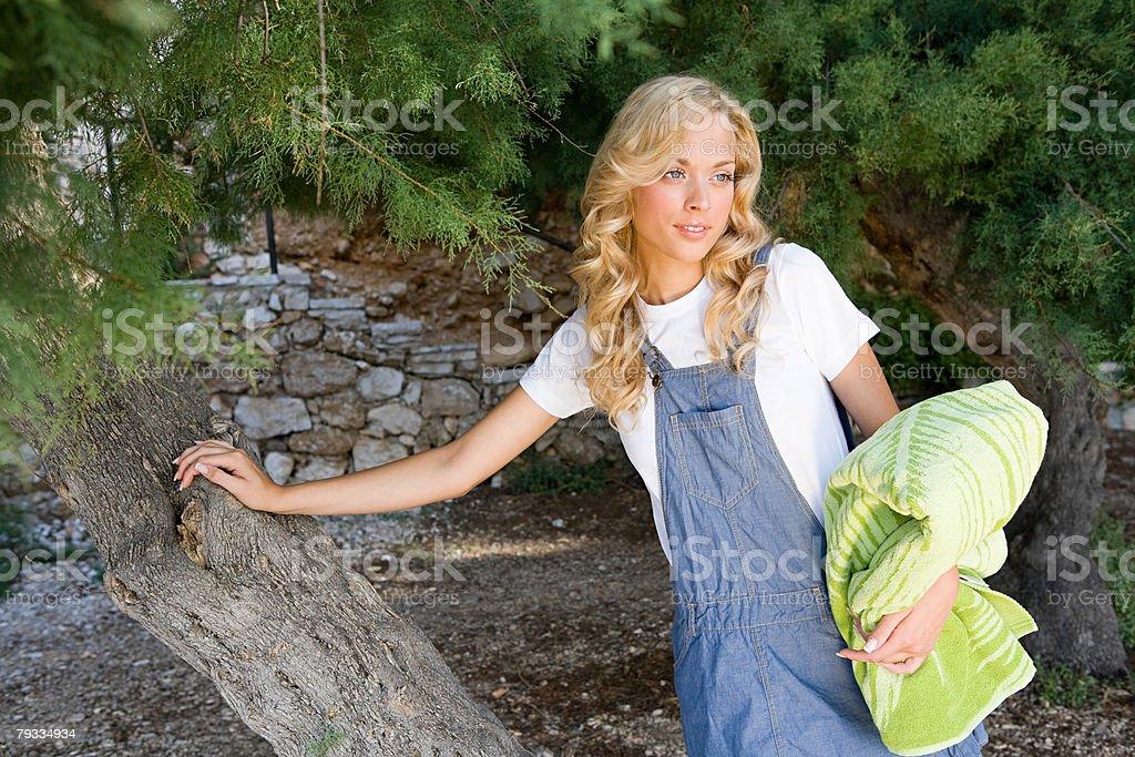 若い女性がツリー ロイヤリティフリーストックフォト