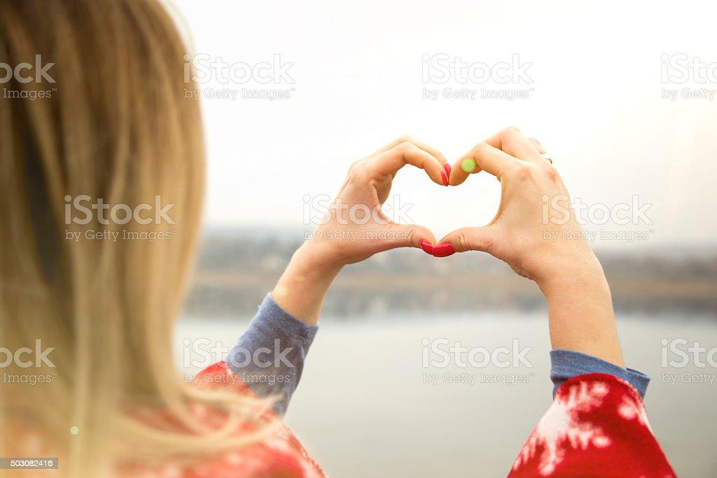 Fotografía de Mujer Joven Con El Corazón En Forma De Lago Para Hacer ...
