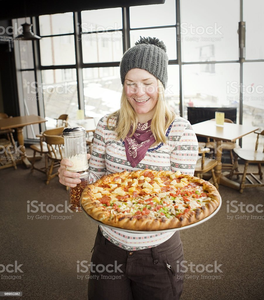 Young woman carrying a big pizza. foto de stock royalty-free